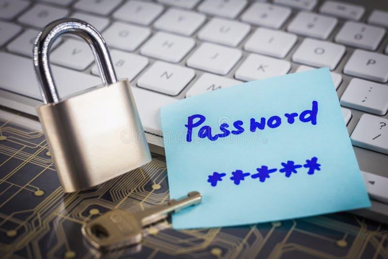 Ключ Padlock с секретным примечанием пароля на клавиатуре цепи стоковые изображения