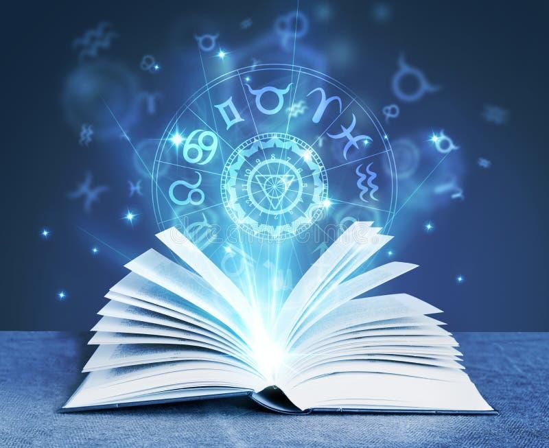 Книга волшебства астрологии стоковые фотографии rf