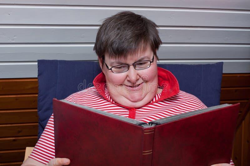 книга выведенная из строя умственно читает женщину стоковые фотографии rf