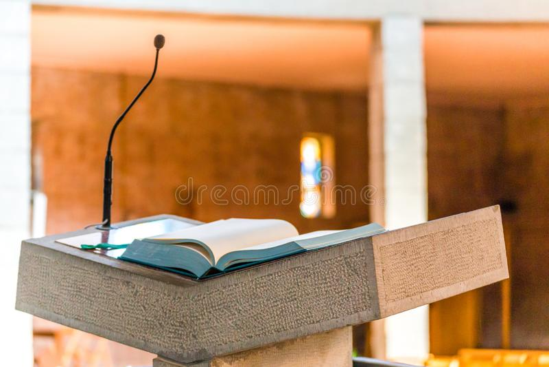 Книга Евангелия над аналоем стоковое фото rf