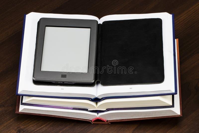 книга записывает e старый Новые технологии в опубликовывать книги стоковое фото