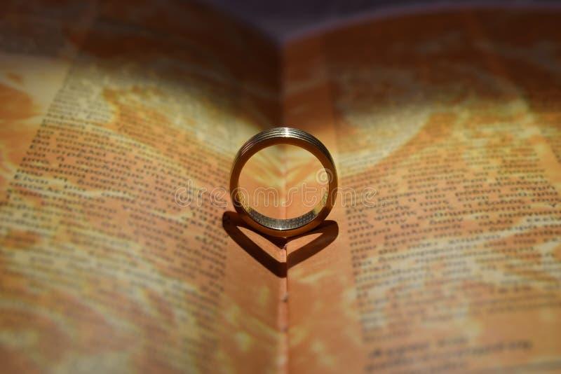 книга звенит венчание стоковые фотографии rf