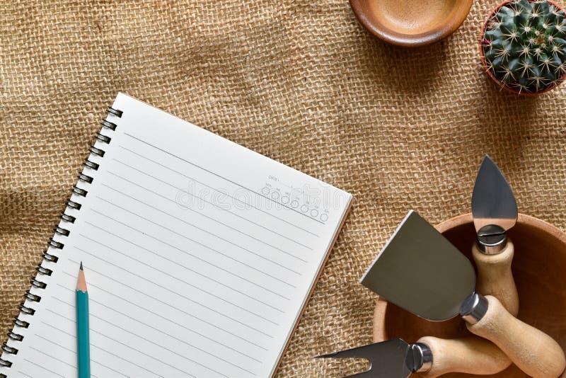 Книга и карандаш взгляда сверху для рецепта еды пишут с космосом экземпляра стоковая фотография rf