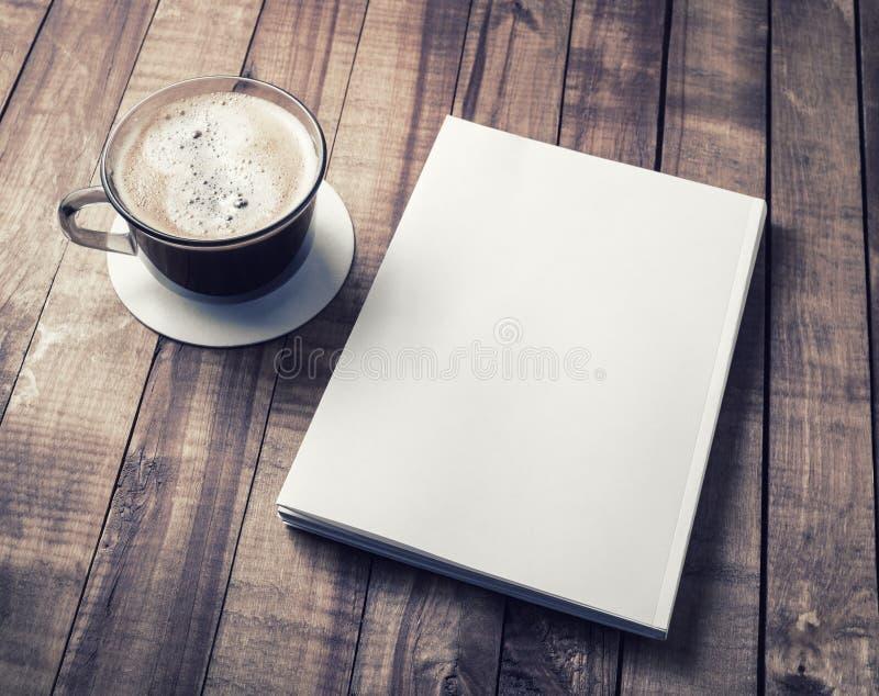 Книга и кофейная чашка стоковое фото