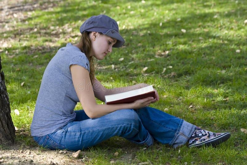 книга наслаждаясь детенышами стоковое изображение