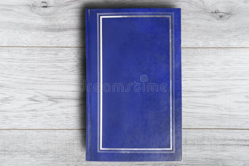 Книга на деревянной предпосылке стоковое изображение