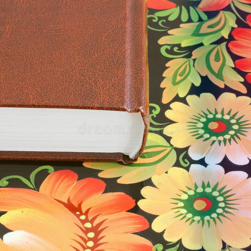 Книга на конце таблицы вверх стоковые фото
