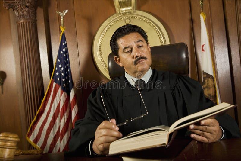 Книга по праву чтения судьи стоковое фото rf