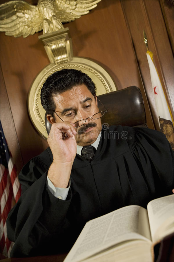 Книга по праву чтения судьи стоковое фото