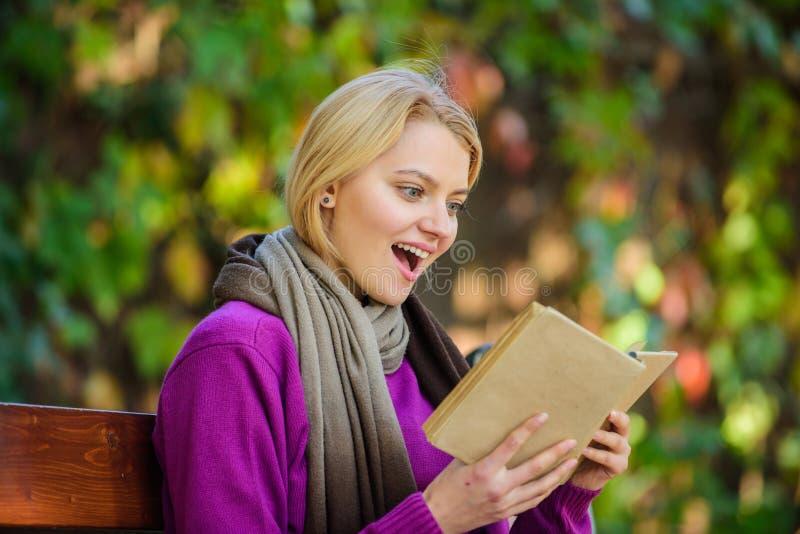 книга предпосылки создала женщину чтения ps Список книги списка верхней части литературы падения на сезон осени Интеллектуальное  стоковое фото