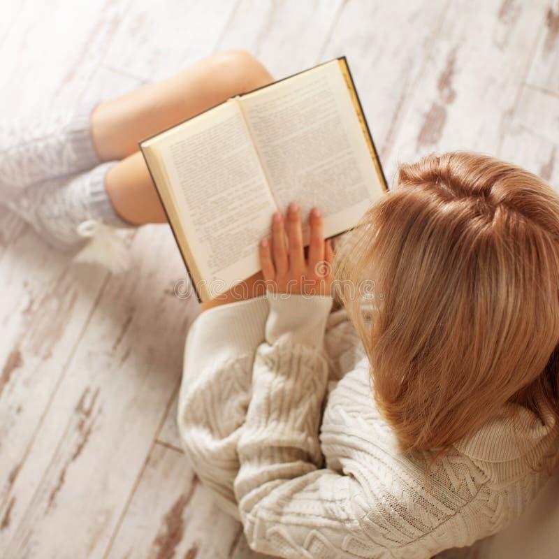 книга предпосылки создала женщину чтения ps стоковые изображения rf