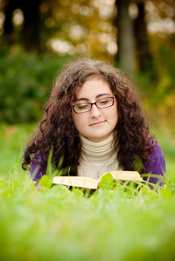 книга прочитала детенышей женщины стоковое изображение