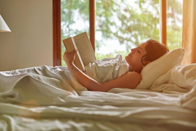 книга прочитала детенышей женщины стоковая фотография rf