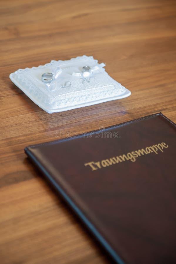 Книга свадьбы с кольцами стоковые фото