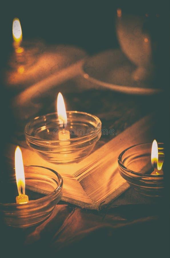 Книга светом горящей свечи стоковое изображение rf