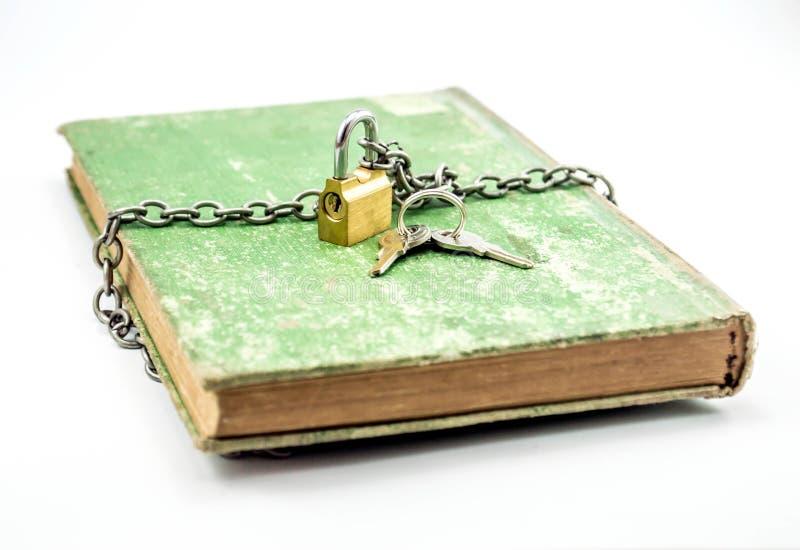 Книга секретного знания прикованная с padlock стоковое изображение rf