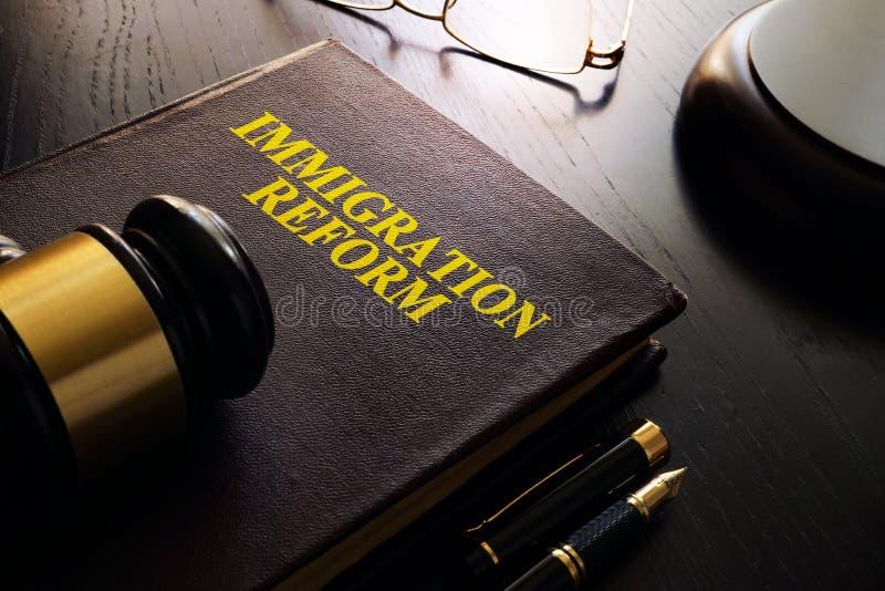 Книга с иммиграционной реформой названия стоковая фотография rf