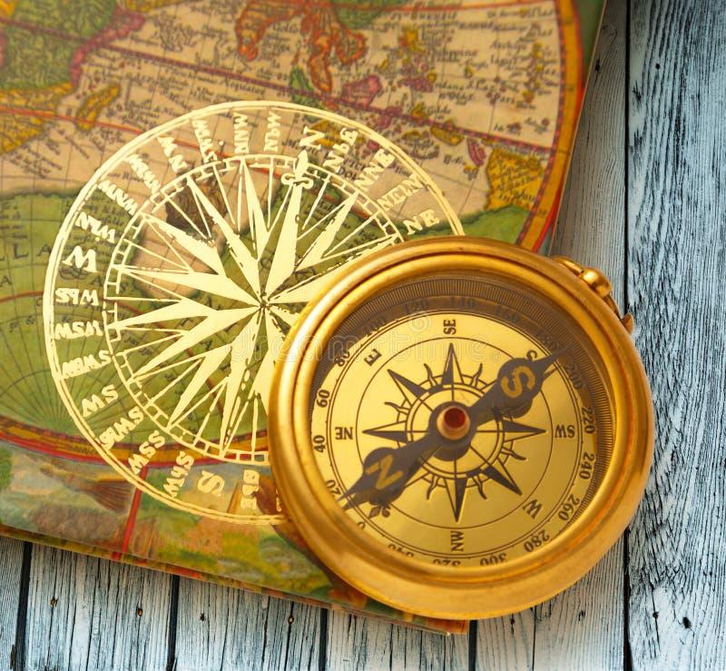 Книга с ретро золотым компасом стоковые изображения rf
