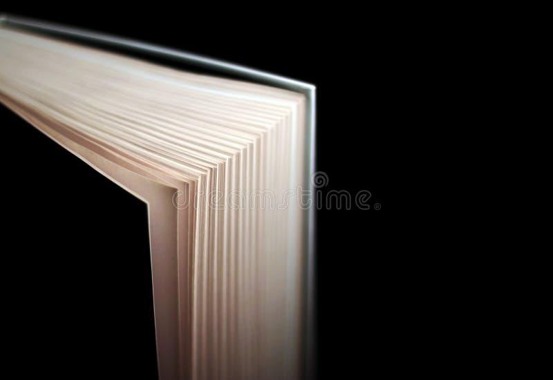 Книга с трудной предусматрива с bokeh Изолировано на черноте стоковые изображения