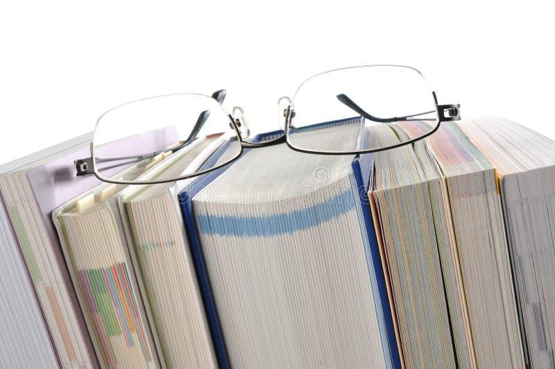 Книга с Eyeglasses стоковые фотографии rf