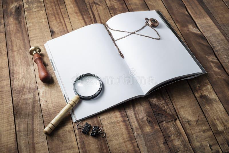 Книга, увеличитель, штемпель и часы стоковое изображение