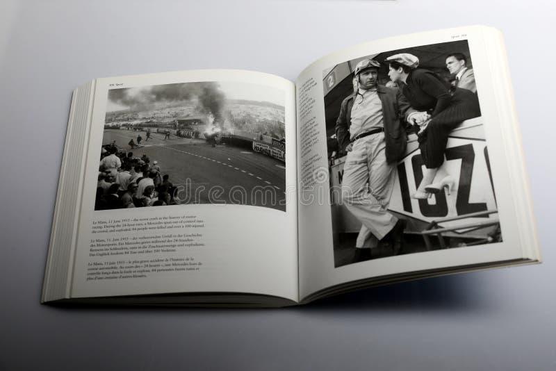 Книга фотографии Nick Yapp, худшей аварией в истории гонок мотора в Ле-Ман стоковые изображения rf