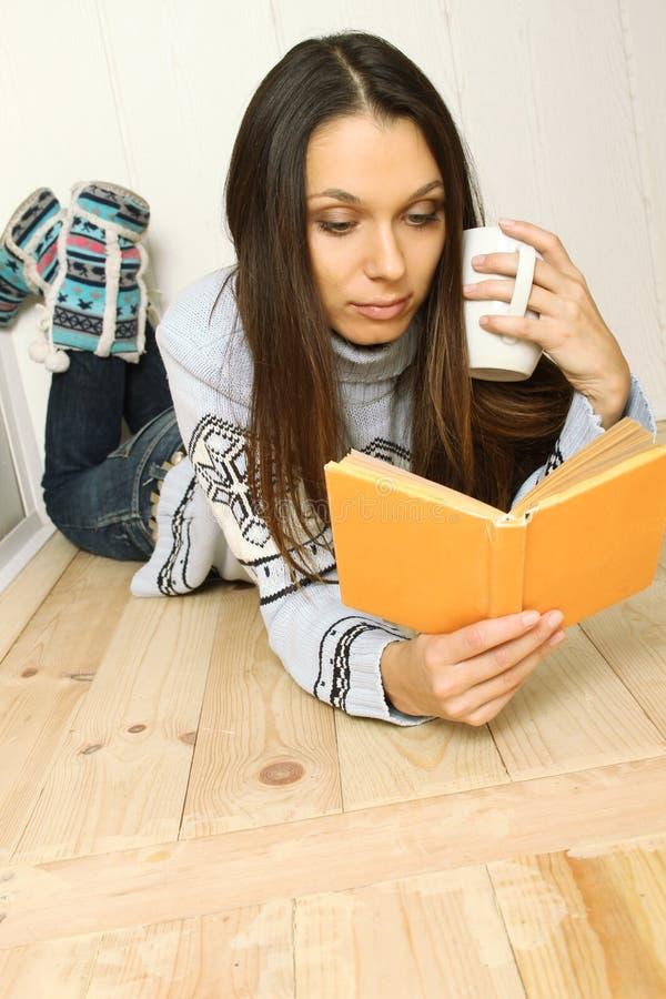 книга читает детенышей женщины стоковое изображение rf