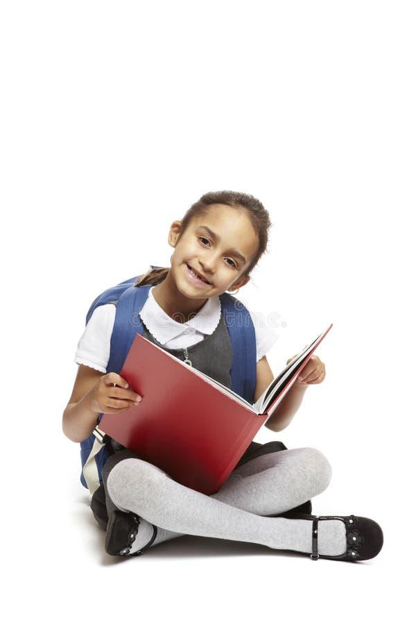 Книга чтения девушки школы сидя стоковое фото rf