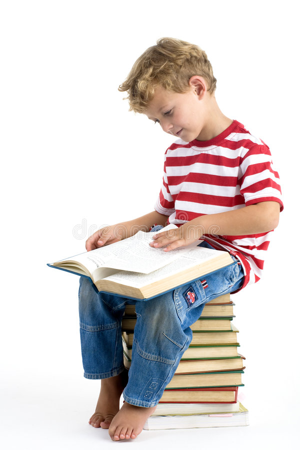 Книга чтения мальчика стоковая фотография