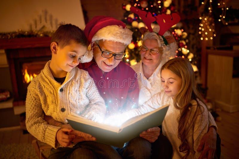 Книга чтения семьи рождества стоковая фотография rf