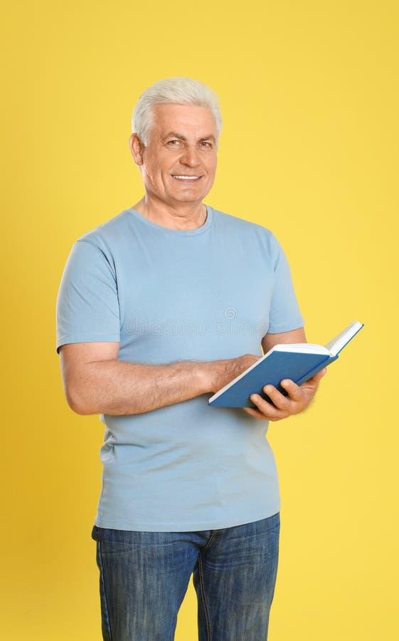 Книга чтения старшего человека стоковые изображения