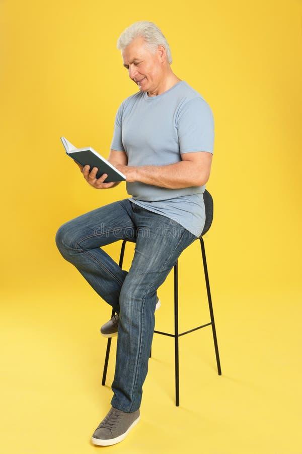 Книга чтения старшего человека стоковые фотографии rf