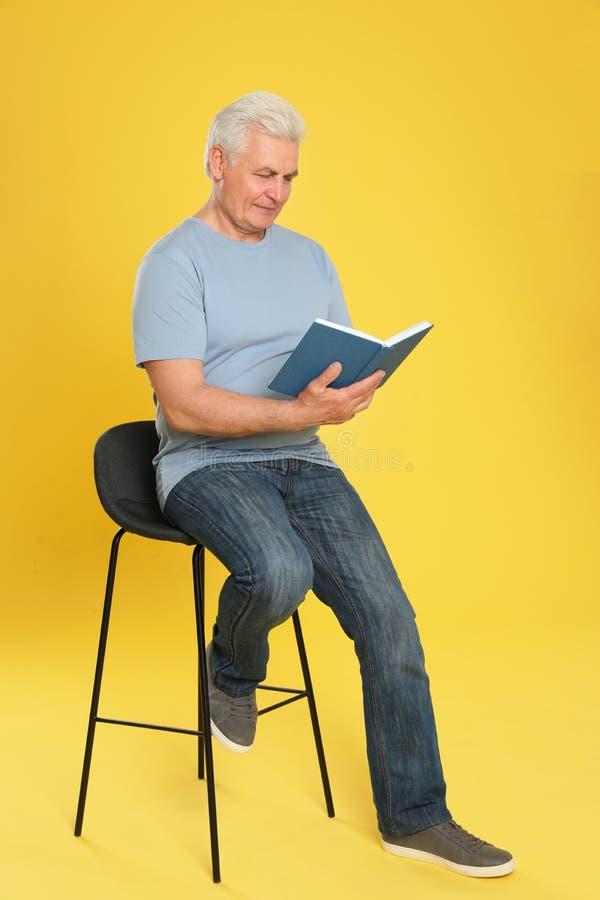 Книга чтения старшего человека стоковая фотография