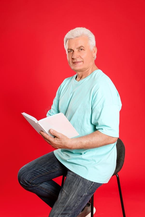 Книга чтения старшего человека стоковое фото rf