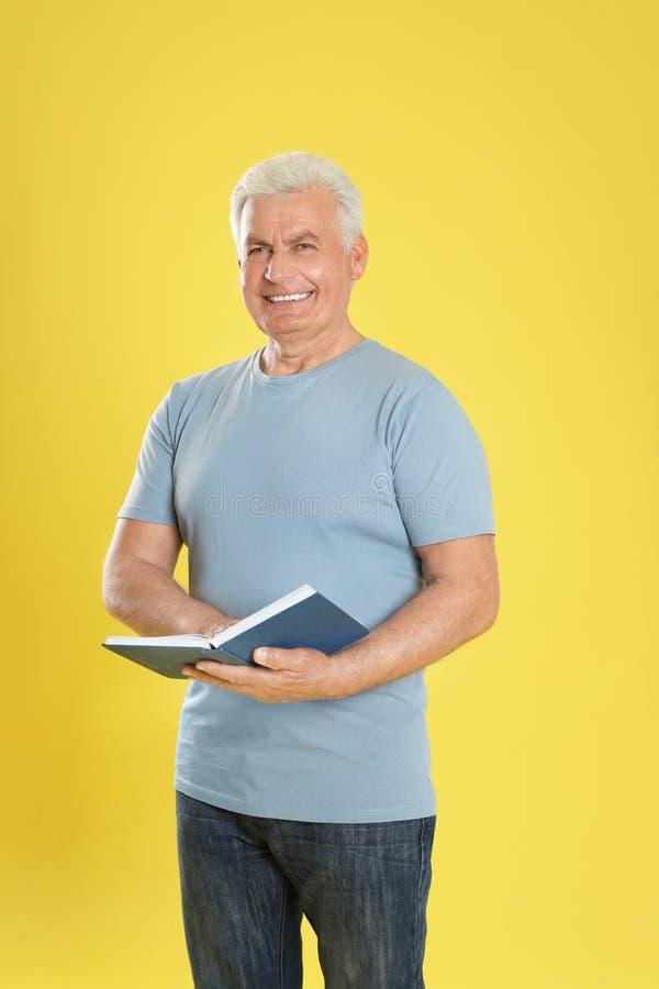 Книга чтения старшего человека стоковая фотография rf