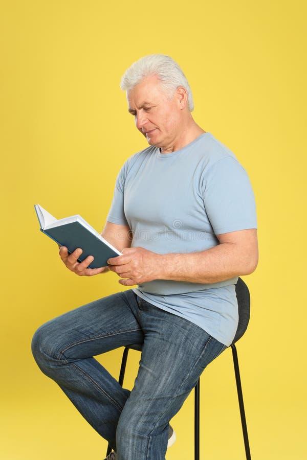 Книга чтения старшего человека стоковые фото