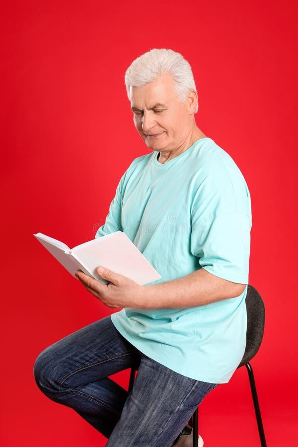 Книга чтения старшего человека стоковые изображения rf