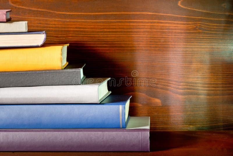 Книги в книжных полках стоковое изображение rf