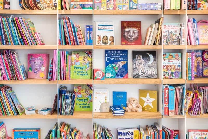 Книги детей для продажи на полке библиотеки стоковое изображение rf