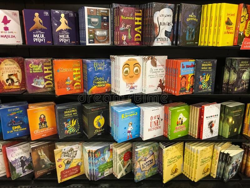 Книги детей для продажи на полке библиотеки стоковая фотография