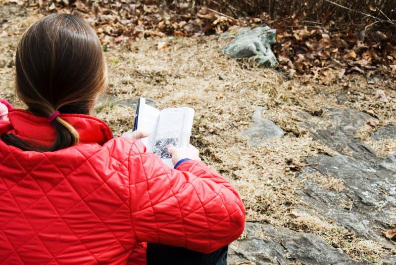 книги женщина outdoors стоковое изображение rf