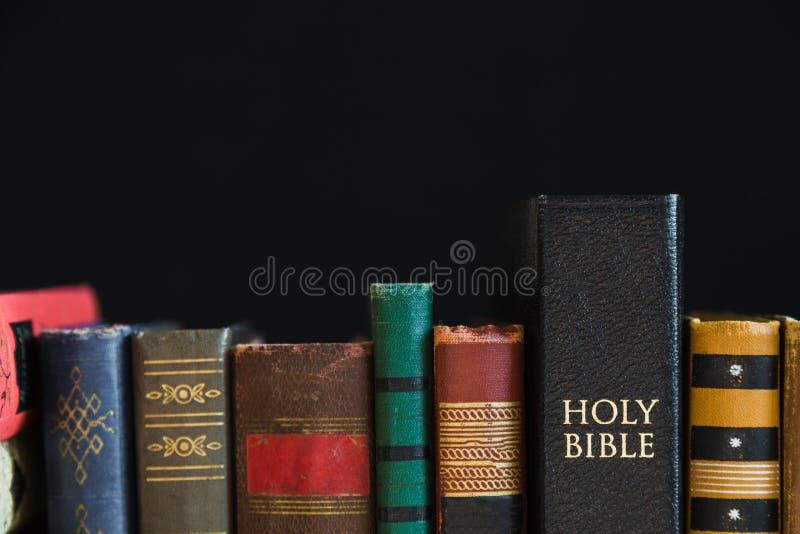 Книги и библия стоковое фото