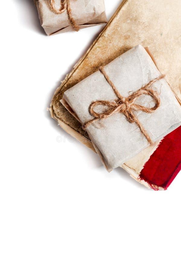 Книги и подарочные коробки на белой предпосылке стоковое изображение