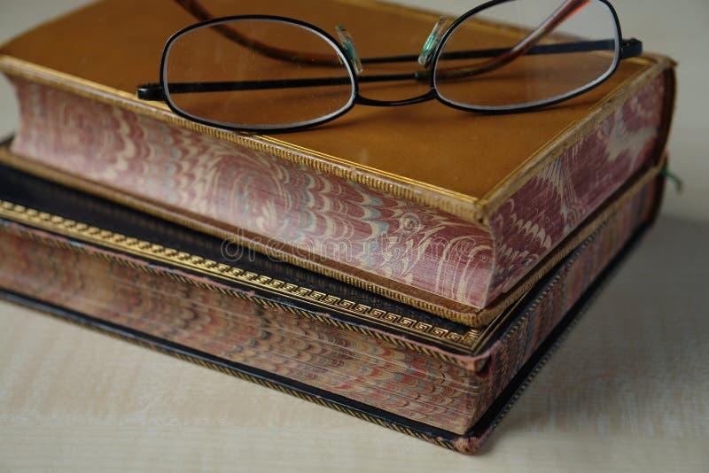 Книги и стекла год сбора винограда стоковые фотографии rf