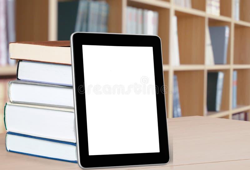 Книги и e-читатель стоковая фотография