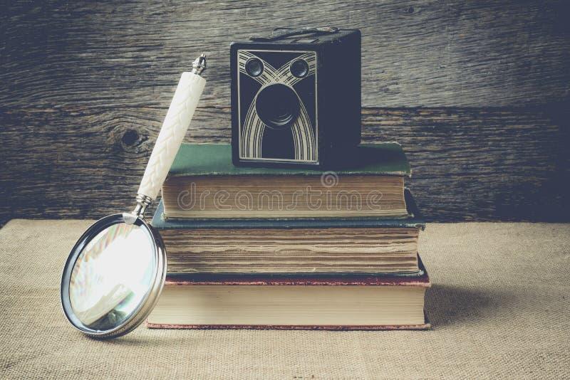 Книги, камера, и лупа на ретро предпосылке с Ins стоковые изображения