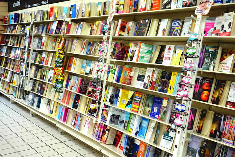 Книги на книжном магазине стоковое фото
