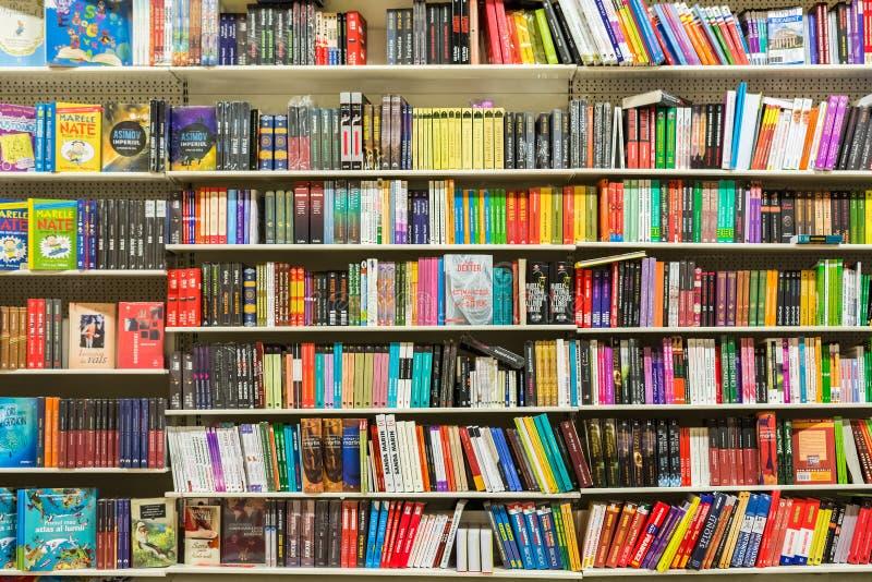 Книги на полке библиотеки стоковая фотография