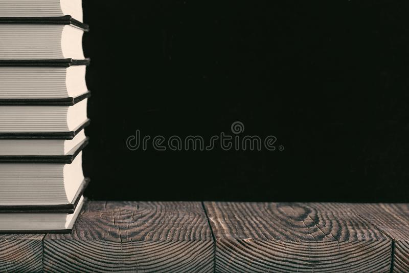 Книги на предпосылке древесины стоковая фотография rf