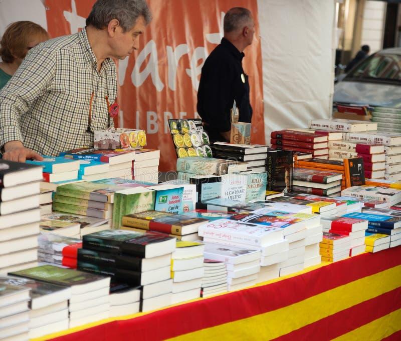Download Книги на стойлах улицы в Барселоне, Каталонии Редакционное Фотография - изображение насчитывающей люди, приобретение: 40591872